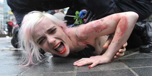 Aktivis Femen Beraksi Telanjang Dada Protes Kedatangan Presiden Rusia di Brussell