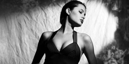 Angelina Jolie Jadi Model Pakaian Dalam Saat Berusia 16 Tahun