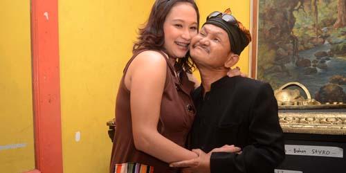 Foto Kemesraan Ki Daus & Istrinya yang Muda