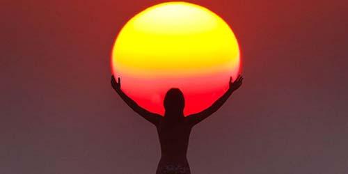 Kumpulan Foto Lucu Beberapa Orang Memegang Matahari