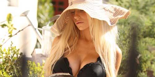 Nyantai di Rumah, Courtney Stodden Tampil Super Hot dengan Bikini Hitam Seksi
