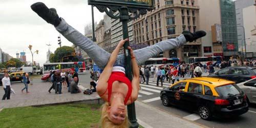 Para Wanita Seksi Tarikan 'Pole Dance' di Tempat Umum