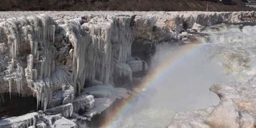 Pemandangan Menakjubkan Air Terjun Hukou yang Membeku