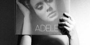 Pose Unik Para Penggemar dengan Album Idolanya