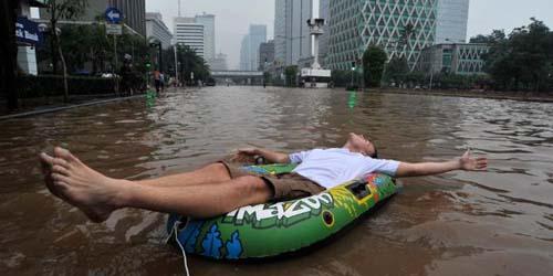 Dilanda Banjir, Turis Jerman & Swiss Malah Asik Main Air dengan Pelampung
