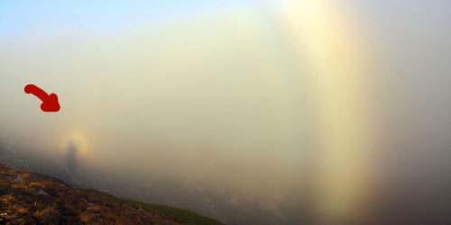 Fotografer Tangkap Gambar Fenomena Langka yang Mirip Penampakan di Tebing