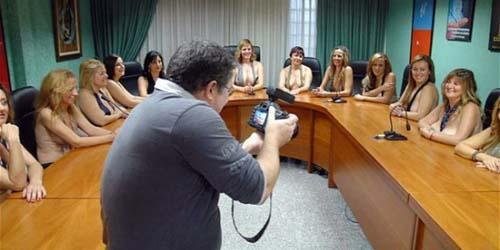 Para Ibu Siswa di Spanyol Rela Bugil untuk Bus Sekolah