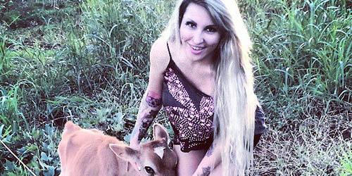 Sabrina, Bintang Porno Brasil Berpose Menyusui Anak Sapi