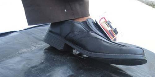 Siswa SMA 2 Yogyakarta Ciptakan Sepatu 'Bermata' untuk Tunanetra
