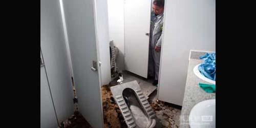 Tak Sengaja Melahirkan di Toilet, Bayi Masuk WC