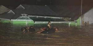 Banjir Bandang di Padang Melanda Saat Warga Tengah Berbuka Puasa