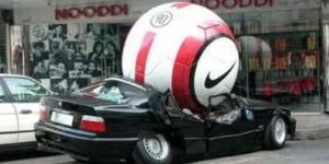Bola Raksasa Euro 2012 Timpa Mobil BMW Hingga Ringsek