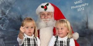 Foto Bareng Santa Claus, Gadis Kecil Ini Acungkan Jari Tengah