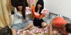 Gadis China Narsis Pamer Uang dan Barang Mewah Picu Kemarahan