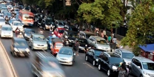 Agar Naik Angkot, Jokowi Naikkan Tarif Parkir Mobil Jadi Rp 8000
