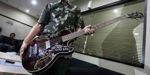 Jokowi Serahkan Gitar Metallica ke KPK