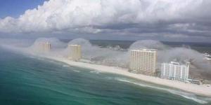 Kabut Berbentuk Tsunami Menghantam Pantai Panama