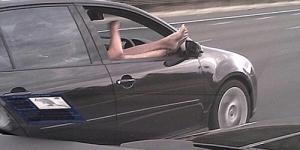 Pengendara Mobil Tertangkap Kamera 'Ngebut Dengan Kedua Kaki Keluar Jendela'