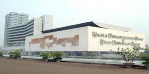 Perempuan Berjilbab Kesurupan di Gedung DPR