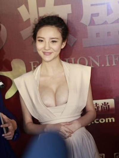 Payudara Menyembul, Puting Liu Yuxin Nyaris Terlihat!