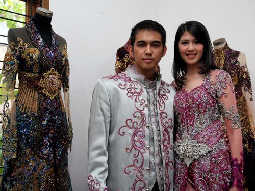 Foto Naga 'Lyla' dan Feby Siregar Fitting Baju Pengantin