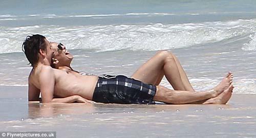 Aduh! Seksinya Kate Hudson dengan Bikini Belangnya