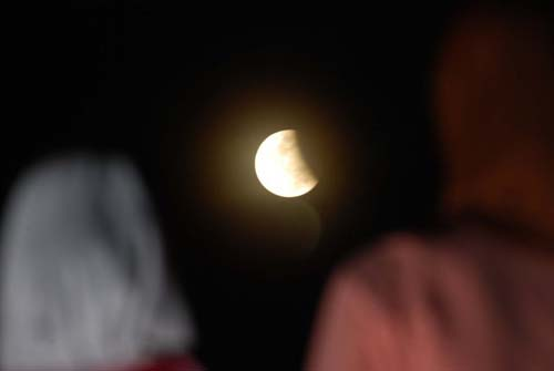Tak Sempat Lihat ? Berikut Kumpulan Gambar Gerhana Bulan Parsial di Indonesia