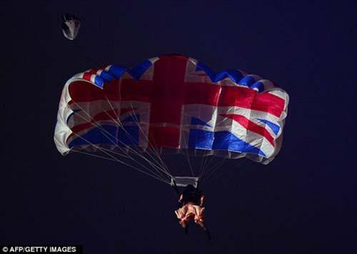 Terjun Payung di Opening Olimpiade London 2012, Ratu Elizabeth Dikawal James Bond