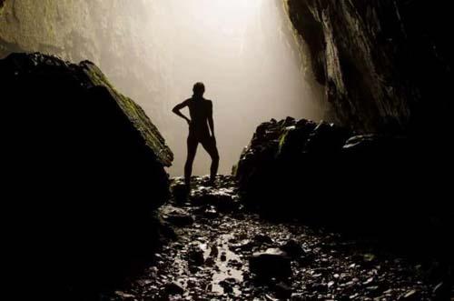 Penjelajah Goa Rela Bugil untuk Amal