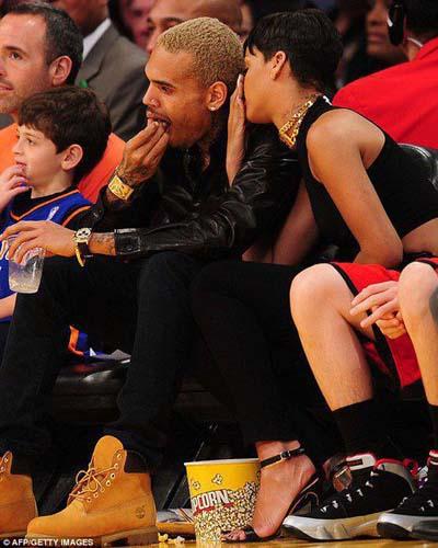 Rihanna dan Chris Brown Tampil Mesra saat Natal