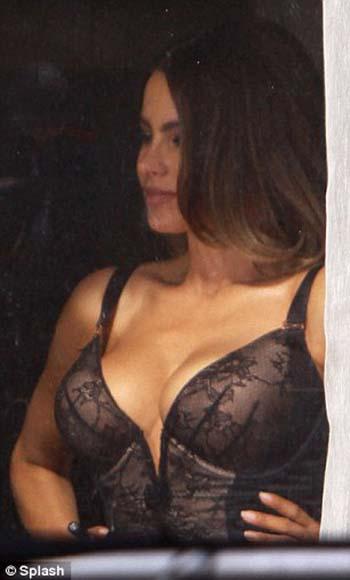 Sofia Vergara Pamer Dada 32F-nya di Syuting Film 'Fading Gigolo'
