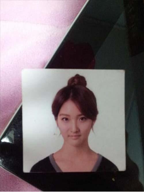 Pada foto paspor yang diunggah Jihyun sendiri di akun twitternya, ia