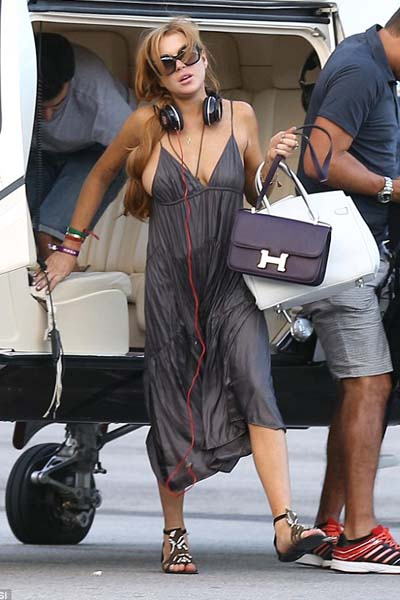 Saat itu, Lindsay memakai gaun abu-abu dengan mengenakan sepasang