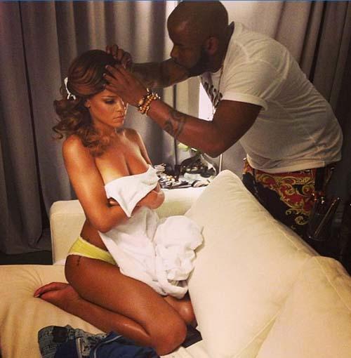 Rihanna topless di depan penata rambut
