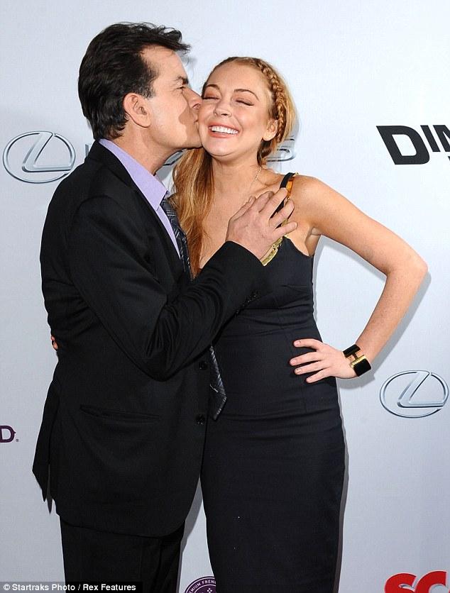 Charlie Sheen pegang payudara Lindsay Lohan