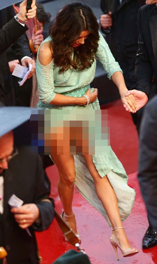 Eva Longoria lupa pakai celana dalam