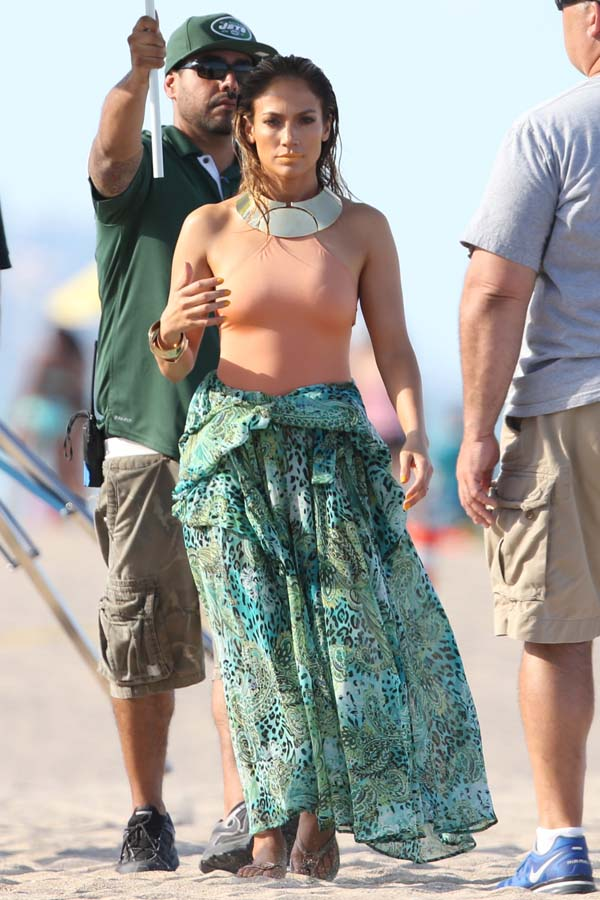 Jennifer Lopez tampak bugil meski pakai bikini @celebuzz/ec