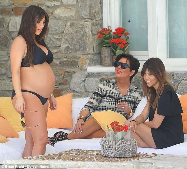 Hamil Besar, Kim Kardashian Pede Pakai Bikini Mini