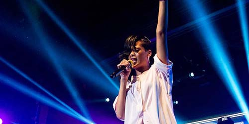 Rihanna Menangis saat Konser di Perancis