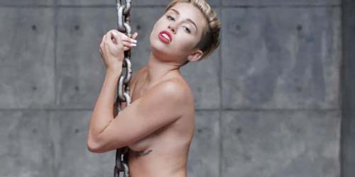 Makin Liar! Miley Cyrus Menangis Sambil Bugil di Video Wrecking Ball