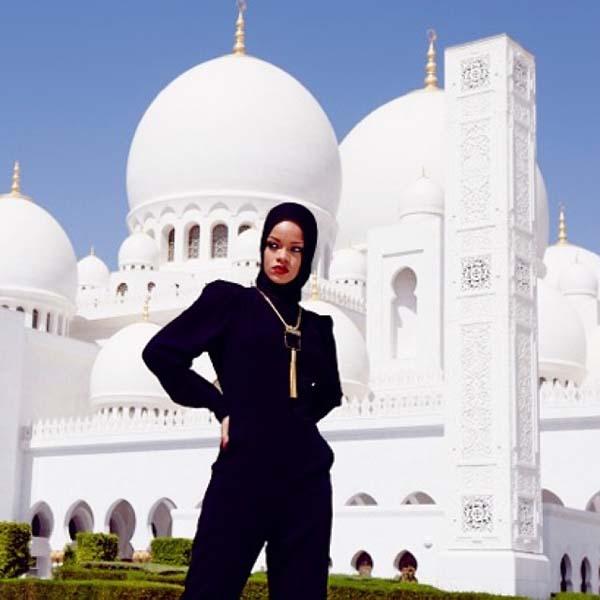 Rihanna Mengenakan Jilbab di Masjid Abu Dhabi