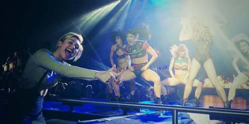 (Video) Miley Cyrus Menari Vulgar dan Cium Penari Britney Spears