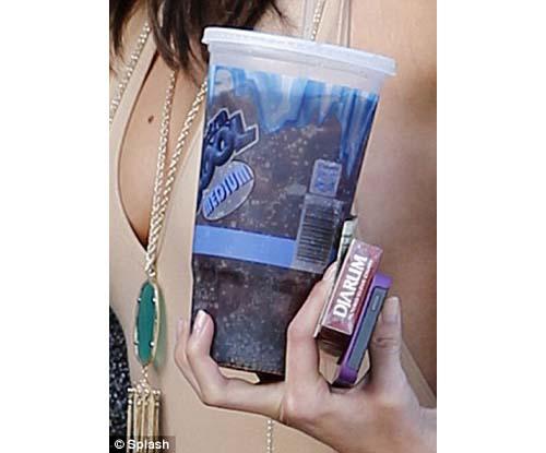 Selena Gomez rokok djarum