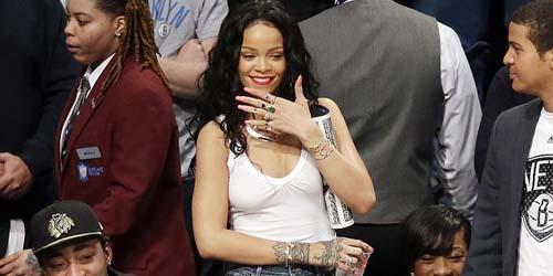 Asyik Nonton Basket, Rihanna Lupa Pakai Bra