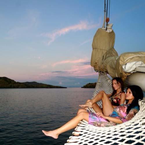 Liburan Seksi Farah Quinn di Bali dan Pulau Komodo