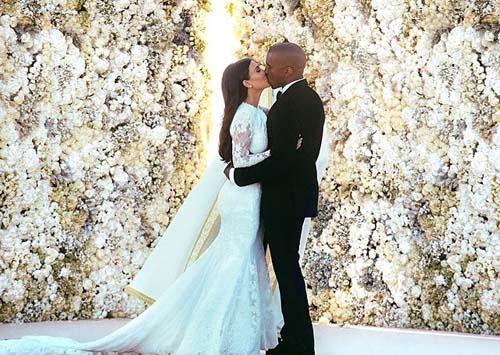 Kanye West cium mesra Kim Kardashian