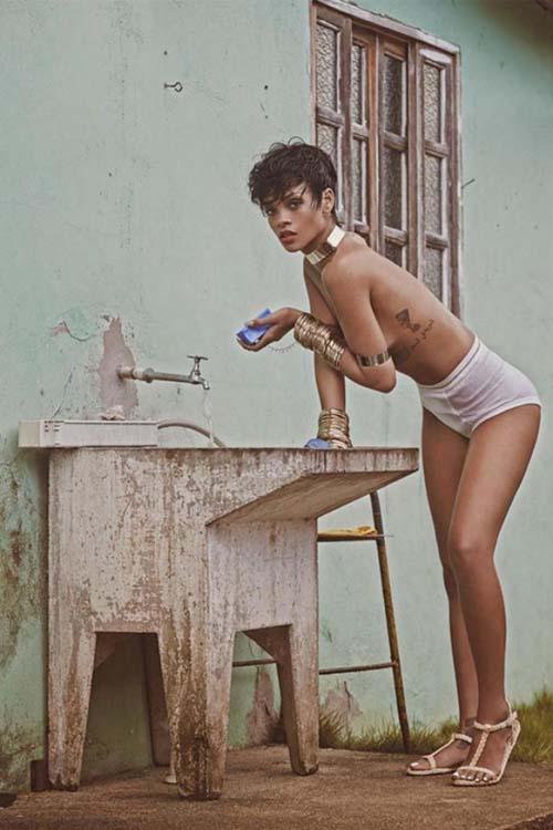 Rihanna Pamer Payudara di Vogue