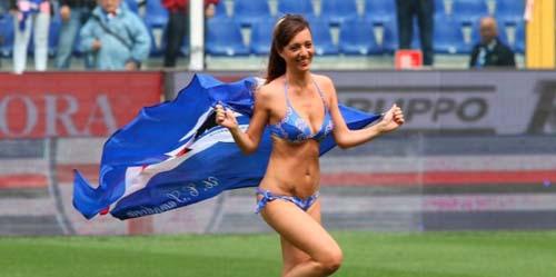 Suporter Wanita Berbikini Hebohkan Sampdoria vs Napoli