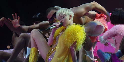 Miley Cyrus Ajak Penggemar Cium Sesama Jenis di Konser Bangerz