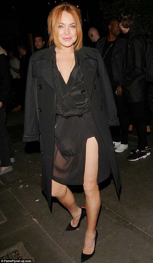 Lindsay Lohan gaun transparan